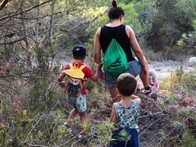Capitanes-Fantasticos-Geocaching-Mama-y-Niños-Andando-por-el-Bosque
